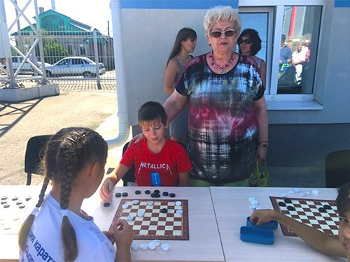 Людмила Иванилова и юные шашисты