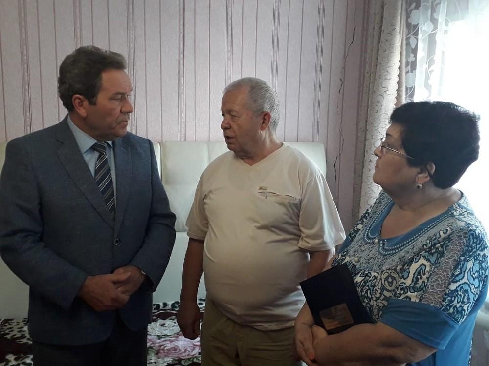 Глава города Н.М.Лядин, и родители Дамира Юсупова, Касим Камилович и Мянзиля Абдулхаевна