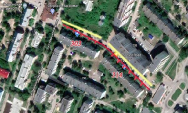 Красная линия - тротуар, желтая - автостоянки