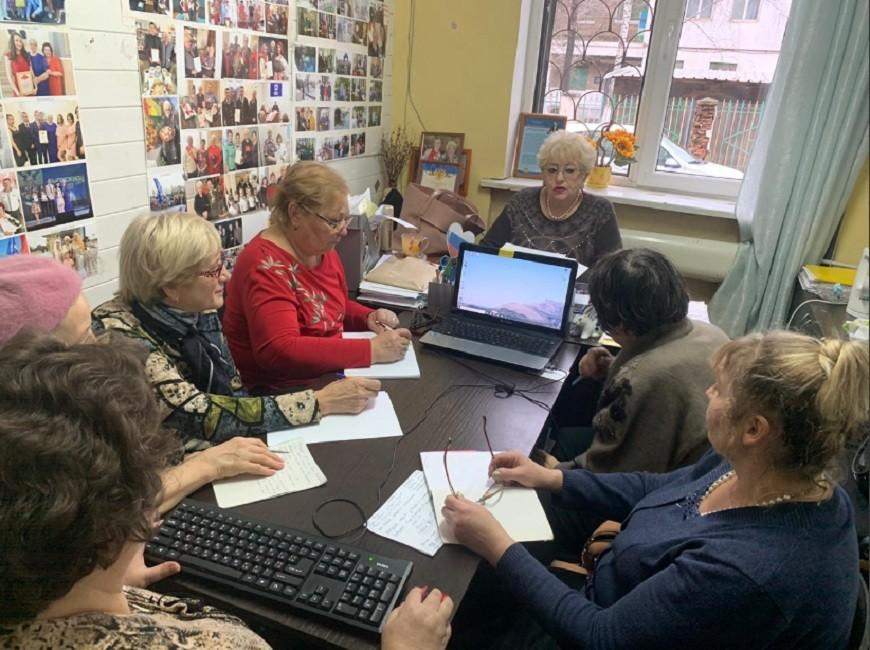 В приемной депутата Государственной думы Евгения Серпера старшее поколение с большим удовольствием постигают компьютерную грамотность, постигают безбрежные просторы интернета.